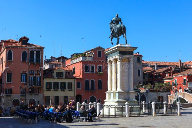 Plaza o Campo típica en el corazón de Venecia foto de archivo