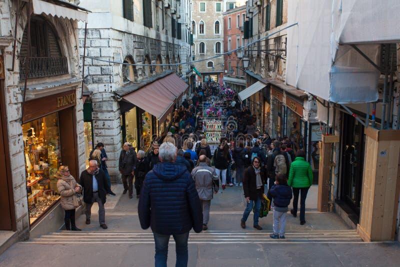 Plaza o Campo típica en el corazón de Venecia fotografía de archivo