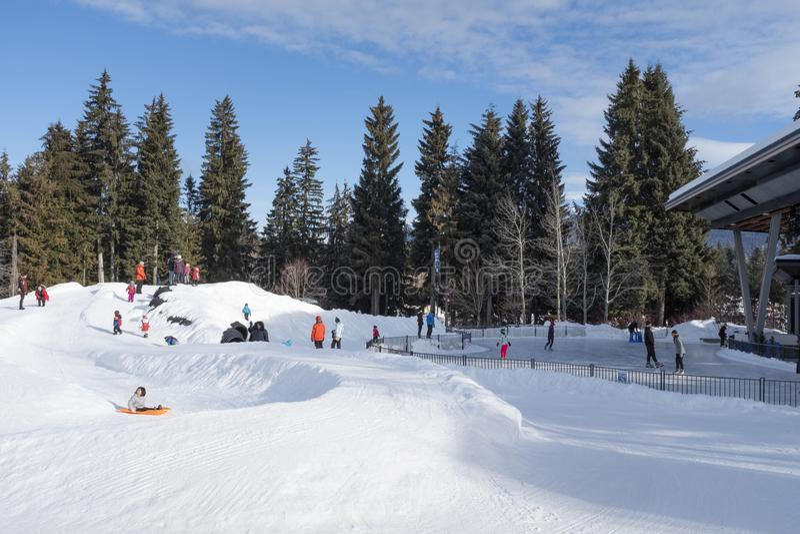 Plaza olimpica di Whistler con gli scorrevoli e la pista di pattinaggio dei bambini immagine stock