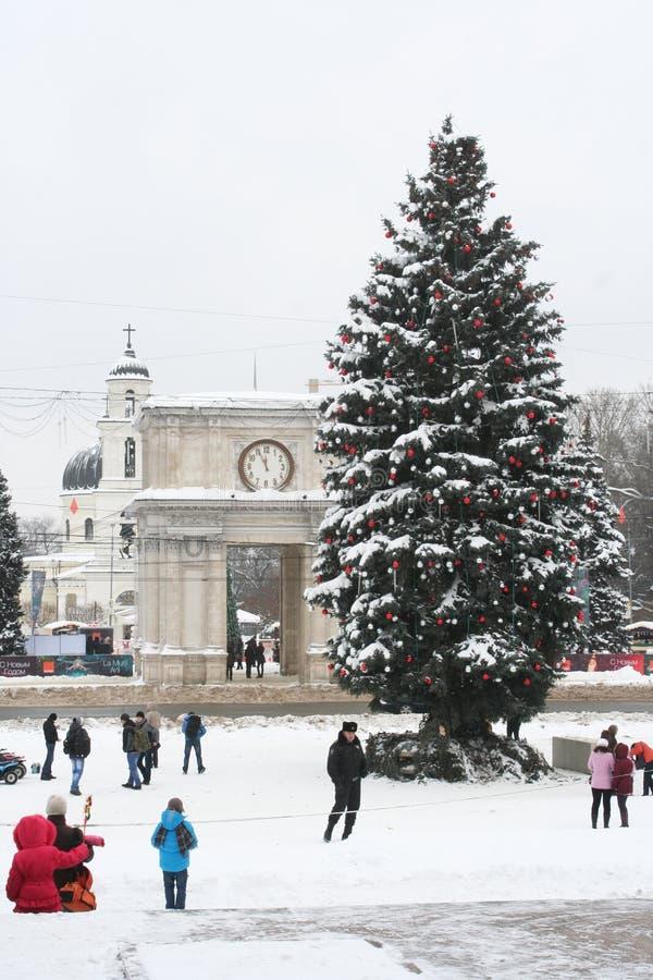 Plaza principal de Chisinaus. Árbol de navidad y arco foto de archivo libre de regalías