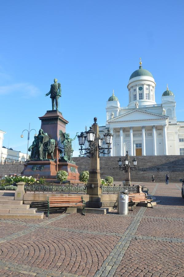 Plaza principal de Helsinki, con la catedral y la estatua imagenes de archivo