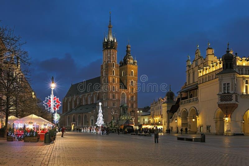 Plaza principal de Kraków con el mercado en oscuridad, Polonia de la Navidad imágenes de archivo libres de regalías