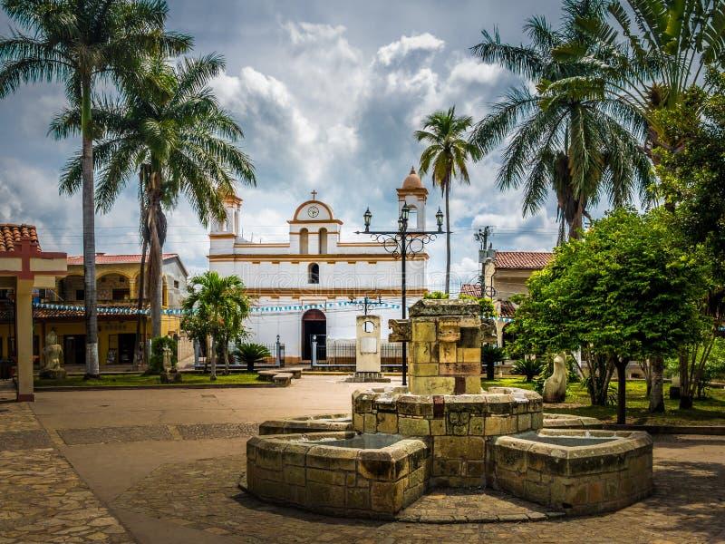 Plaza principal de la ciudad de Copan Ruinas, Honduras fotografía de archivo