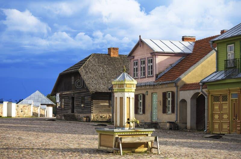 Plaza principal de la ciudad lituana vieja reconstruida, el museo al aire libre de Lituania, Rumsiskes, imagen de archivo libre de regalías