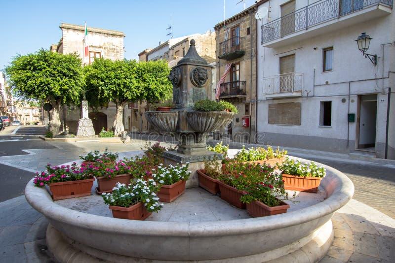 Plaza principal de Lascari, Sicilia, Italia imagenes de archivo