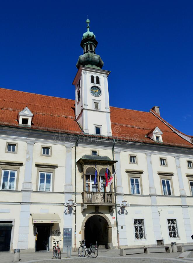 Plaza principal de Maribor y Ayuntamiento Maribor (Eslovenia) imagenes de archivo