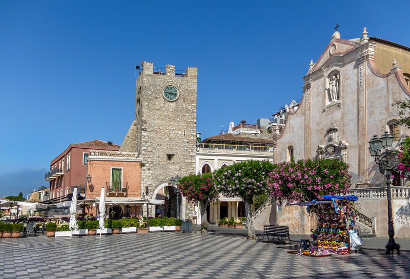 Plaza principal de Taormina con San Giuseppe Church y la torre de reloj - Taormina, Sicilia, Italia fotografía de archivo libre de regalías