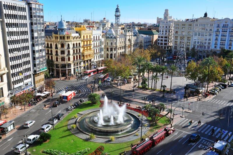 Plaza principal de Valencia Silueta del hombre de negocios Cowering españa imagenes de archivo