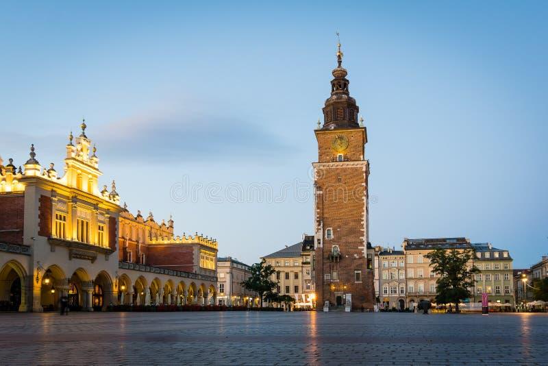 Plaza principal en Kraków con la ciudad Hall Tower imágenes de archivo libres de regalías