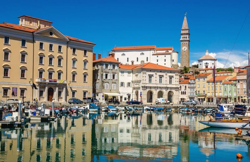Plaza principal Tartini de la opinión de la ciudad de Piran del puerto de Piran, Eslovenia, Europa fotos de archivo