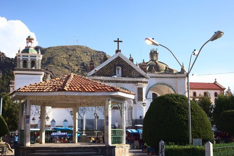 Plaza principal y basílica en Copacabana, Bolivia fotos de archivo libres de regalías