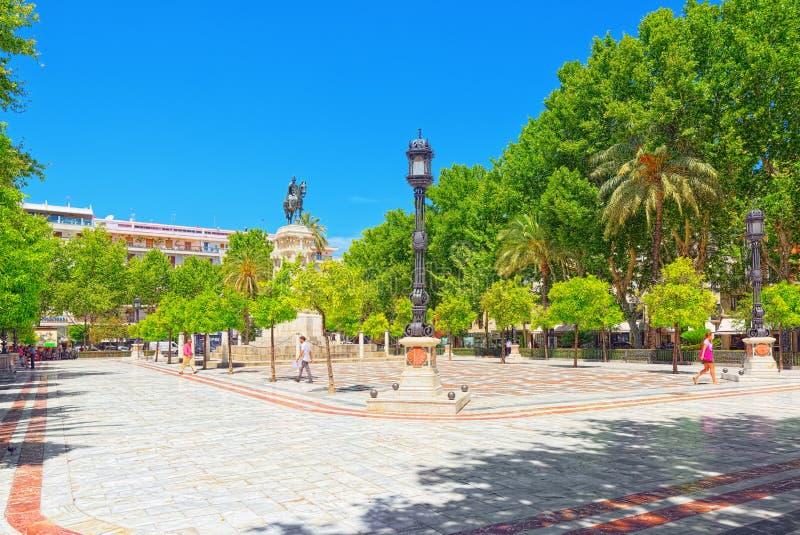 Plaza quadrada nova Nueva e monumento de Fernando III Saint fotos de stock