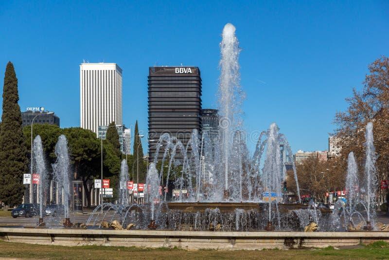 Plaza San Juan de la cruz alla via di Paseo de la Castellana in città di Madrid, Spagna fotografia stock libera da diritti