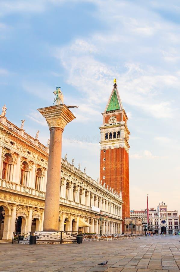 Plaza San Marco con la biblioteca nacional de St Mark, la columna de San Teodoro, el campanil y la torre de reloj, Venecia fotos de archivo