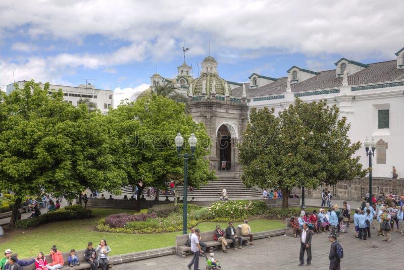 Plaza som är stor med domkyrkan av Quito arkivfoto