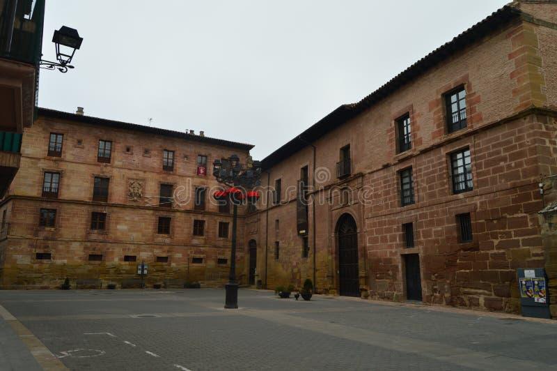 Plaza tipica di Spectacular con le sue costruzioni Rossastro-hued in Najera Architettura, viaggio fotografia stock libera da diritti