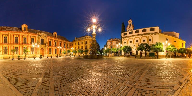 Plaza Virgen de los Reyes la nuit, Séville, Espagne image stock