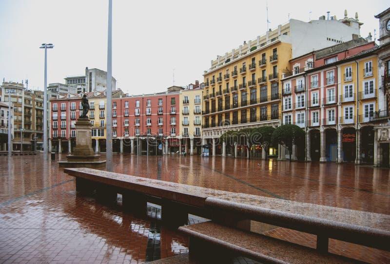 Plazaborgmästaren deserterade vid regnet royaltyfri fotografi