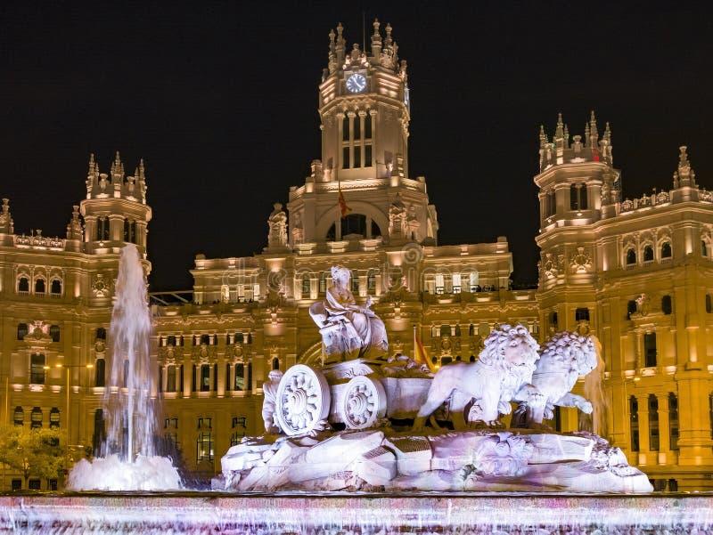 Plazaen de Cibeles översätter Cibeles som fyrkanten på natten är en fyrkant med ettklassiskt komplex av marmorerar skulpturer med royaltyfria bilder