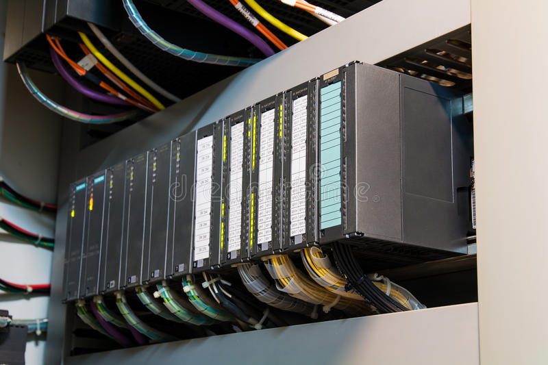PLC可编程序的逻辑controler,这个图片展示坚硬架线的co 免版税库存照片