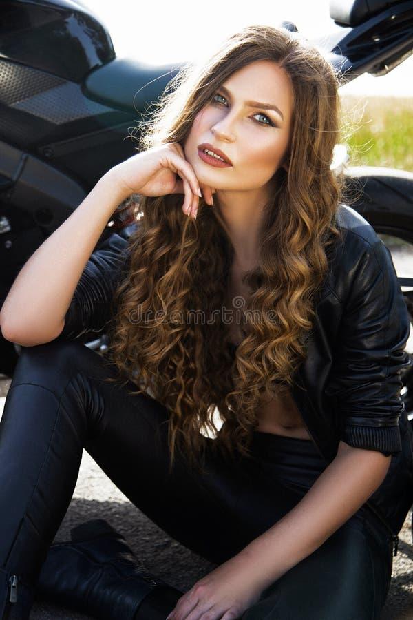 Plciowa rowerzysta kobieta z jej sporta motocyklem obrazy stock