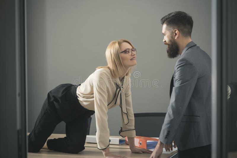 Plciowy flirt przy pracą Seksowna sekretarka kusi szefa w biurze Bizneswoman na desktop spojrzeniu przy brodatym biznesmenem czło obrazy royalty free