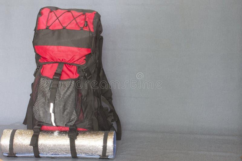 Plecaków turyści zbierający maszerować fotografia stock