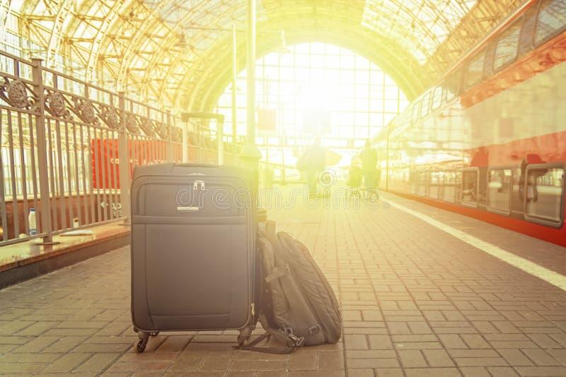 Plecak i walizka z kołami przy dworcem w jaskrawym świetle słonecznym samochodowej miasta pojęcia Dublin mapy mała podróż fotografia stock