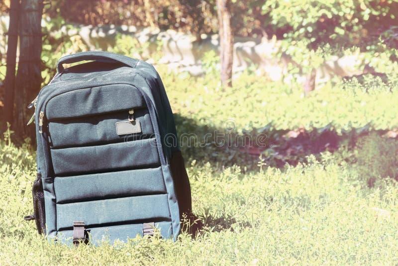 Plecak torba na trawy tle szkoła, z powrotem fotografia royalty free