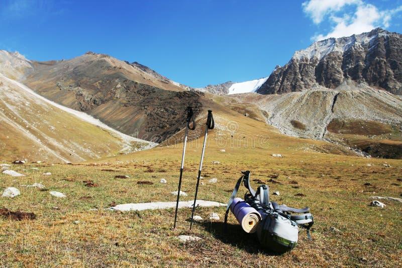 Plecak w górach zdjęcia stock