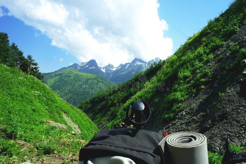 Plecak w górach z pięknym lato krajobrazem na pojęciu stylu życia sporta wspinaczkowy tło fotografia stock