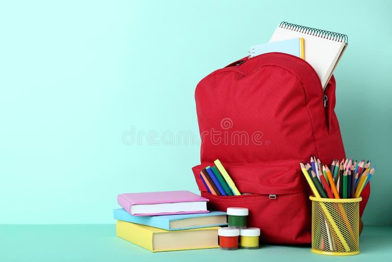 Plecak z szkolnymi dostawami zdjęcia royalty free