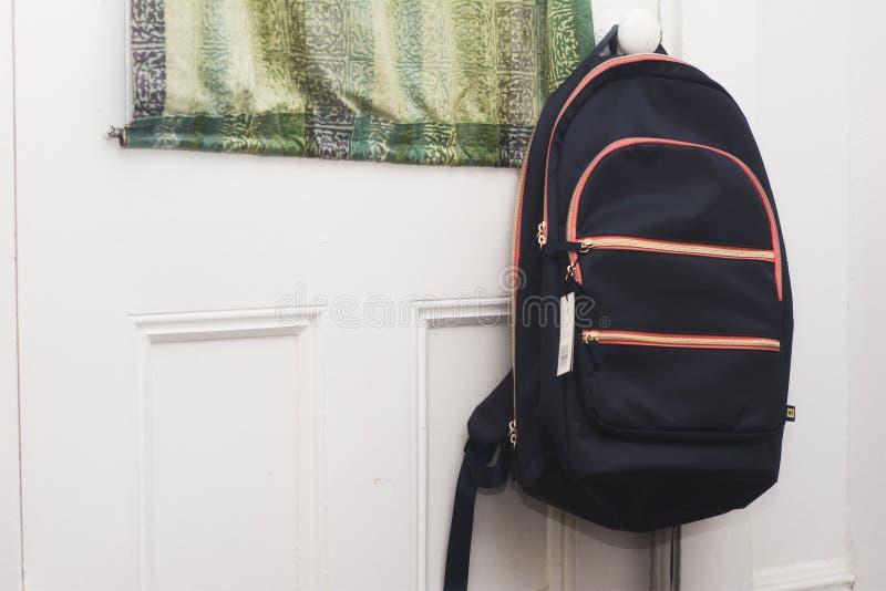 Plecaka obwieszenie na drzwi plecy idzie przygotowywająca szkoła zdjęcia stock
