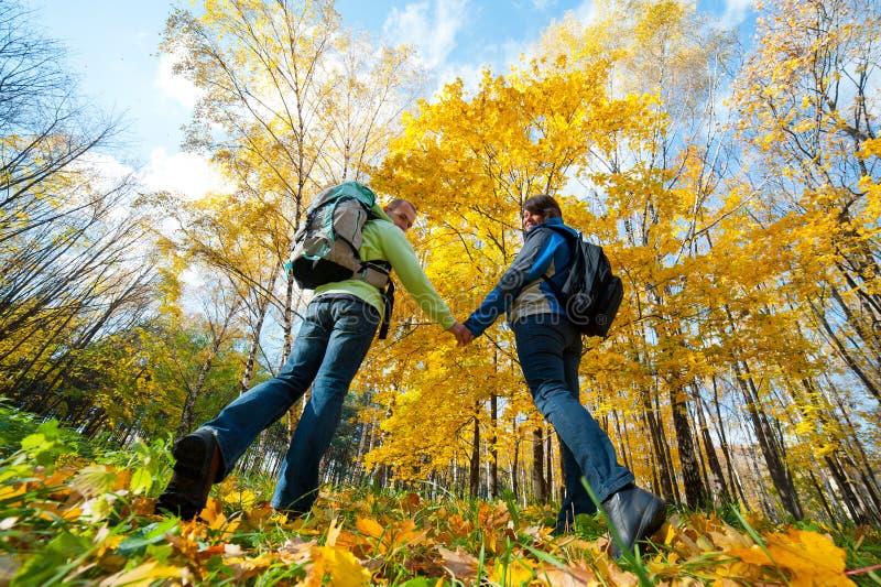 plecaki dobierają się szczęśliwych parkowych potomstwa zdjęcia royalty free