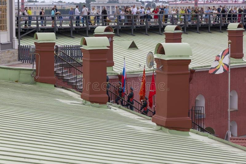 Plechtige verwijdering van de vlag van de Russische Federatie en de vlag van St. Petersburg in Peter en Paul Fortress in St Peter stock fotografie