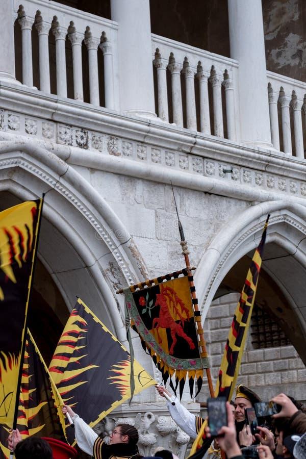 Plechtige vlaggen bij St Teken` s Vierkant tijdens de ceremonie van Festa delle Maria Venetië Carnaval, Ital stock afbeelding