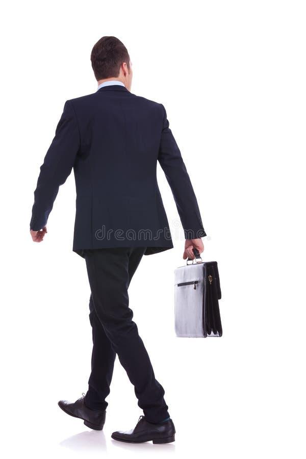 Plecy chodzący biznesowy mężczyzna target1124_1_ teczkę obraz royalty free