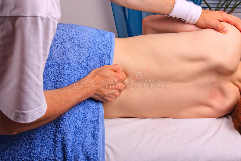 plecy dostaje mężczyzna masażu potomstwa obrazy royalty free