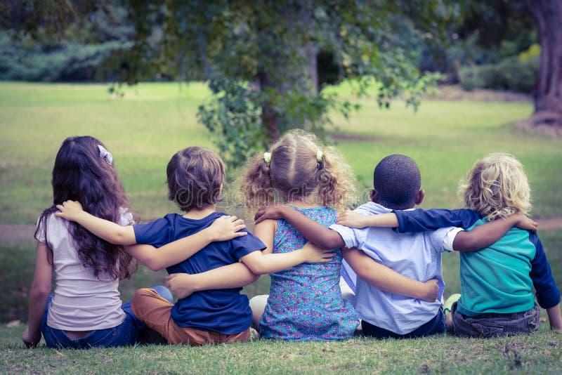 Plecy obracał siedzących dzieci w parku fotografia royalty free
