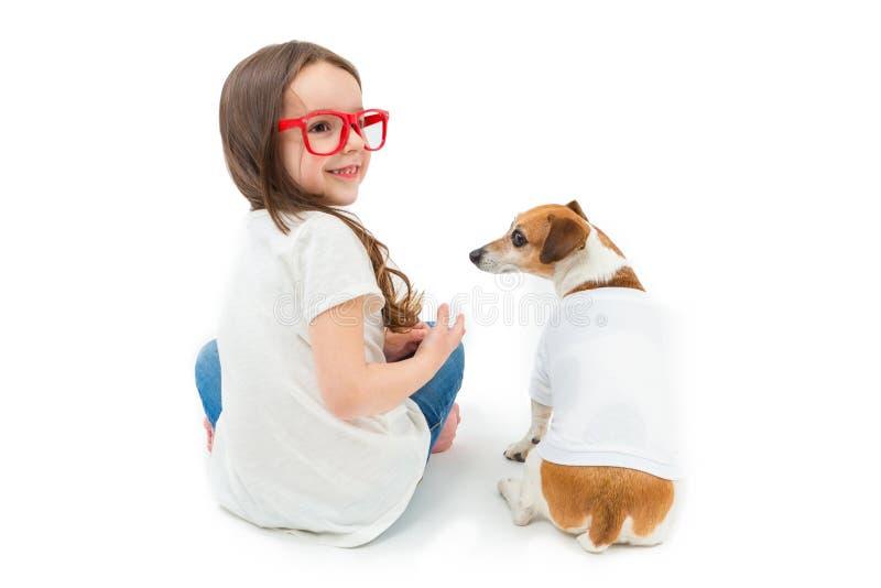 Plecy Obracająca dziewczyna i psi siedzący puszek zdjęcia stock