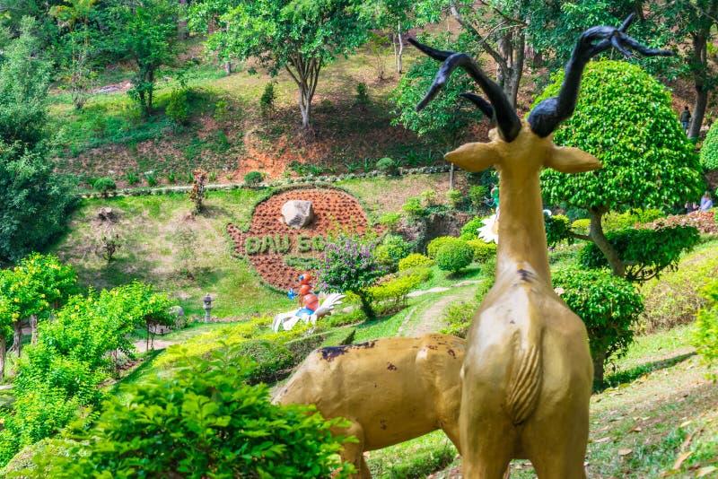 Plecy rzeźba rogacze w tropikalnym parku z kwiatami zdjęcie stock