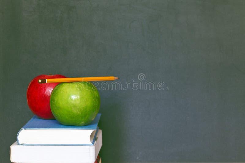 Plecy szkolny Tło z książkami i jabłkiem obrazy royalty free