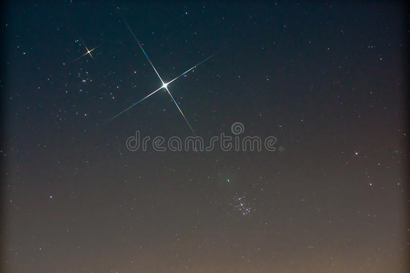 Pleiades (M45) e Giove e Toro immagini stock libere da diritti