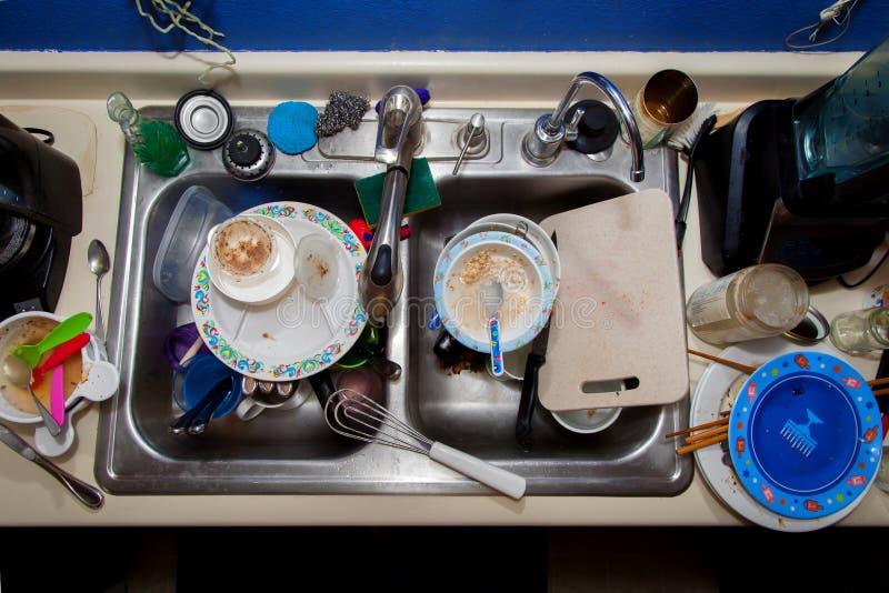 Plein évier de plats sales images libres de droits