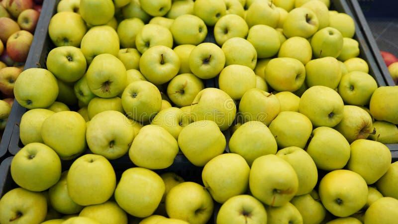Plein cadre de pommes Texture fra?che de pomme sur le march? Stockez le fond images stock