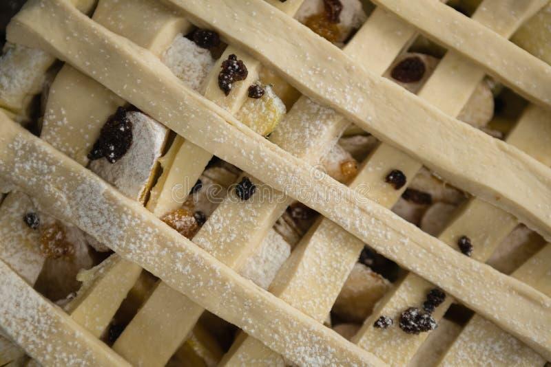 Plein cadre tiré de la tarte aux pommes dans la moule photographie stock