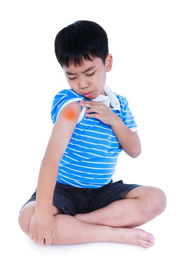 Plein corps d'enfant asiatique blessé à l'épaule D'isolement sur le blanc photographie stock