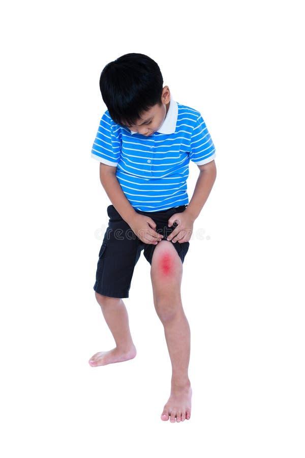Plein corps d'enfant asiatique blessé à la cuisse D'isolement sur le CCB blanc images libres de droits