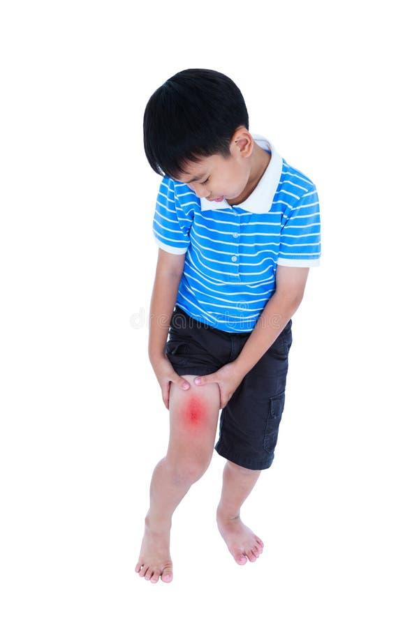 Plein corps d'enfant asiatique blessé à la cuisse D'isolement sur le CCB blanc photos libres de droits