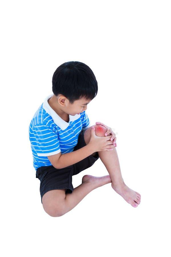 Plein corps d'enfant blessé au genou D'isolement sur le fond blanc photos libres de droits